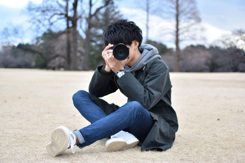 写真撮影するプロカメラマン