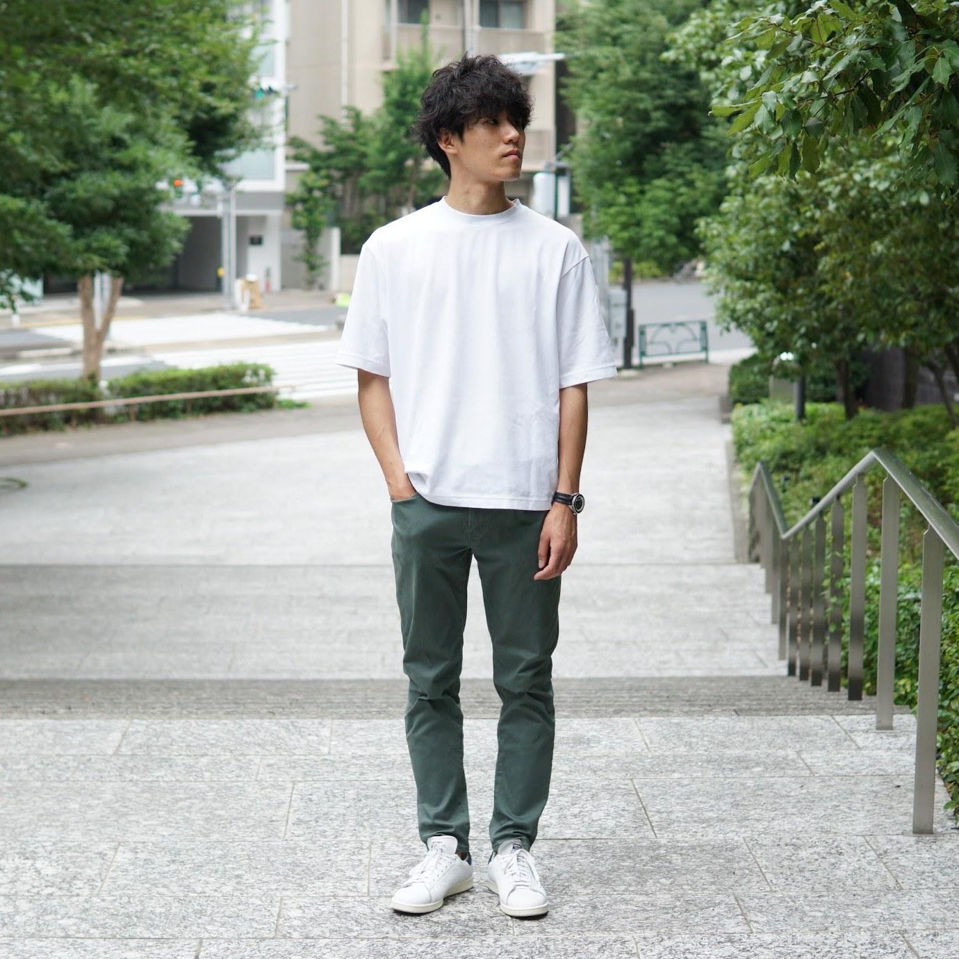 白Tシャツ×オリーブパンツ×白スニーカー