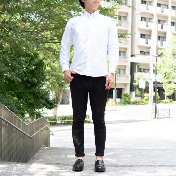 白シャツ×黒スキニー×革靴