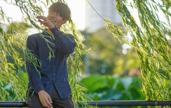 葉っぱで遊ぶ男性の写真