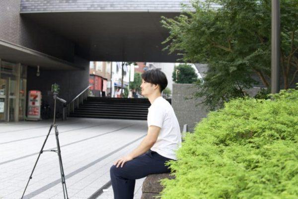 自撮りをする男性の横顔